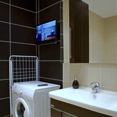 ubytování zdarma - koupelna s pračkou a TV