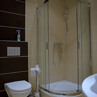 ubytování zdarma - sprchový kout