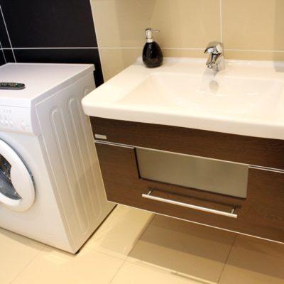 ubytování zdarma - koupelna s pračkou