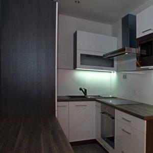 po rekonstrukci - lesklá kuchyň